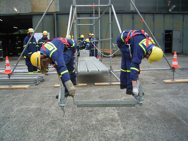 Mit dem Einsatz-Gerüstsystem (EGS) wurde ein freitragender Steg von 6 Metern Länge gebaut. Die erforderte ein wenig Geschicklichkeit.