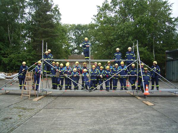 Gruppenfoto auf dem fertigen EGS-Steg.