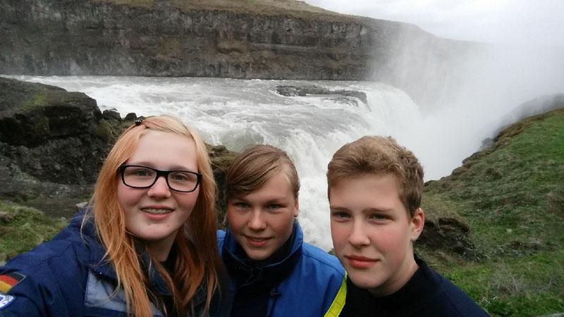 Vanessa (rechts) vor einem der imposanten Wasserfälle Islands.
