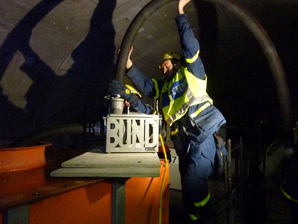 Damit die Übung auch realistisch durchgeführt werden konnte, hatte die Hochbahn einen Arbeitszug mit 14.000l Wasser in den Tunnel eingefahren, aus dem das Wasser gefördert wurde.
