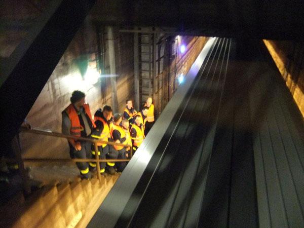 Jede durchfahrende Bahn kündigte sich mit Luftströmungen im Tunnel an.
