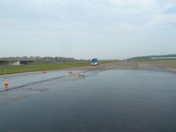 Gefahrenbremsung auf nasser Fahrbahn.