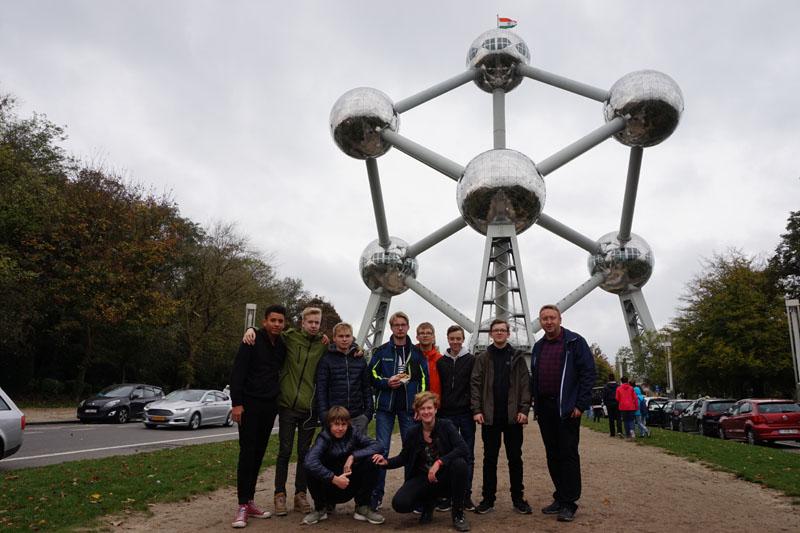 Die Teilnehmer aus dem Ortsverband Hamburg-Nord vor dem Atomium.