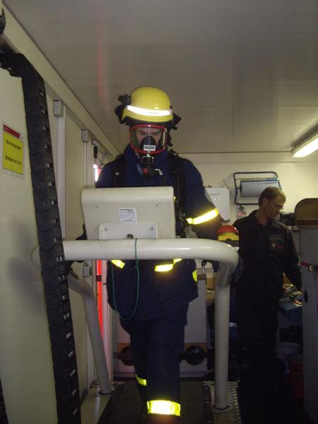 Ein Atemschutzgeräteträger auf dem Laufband.