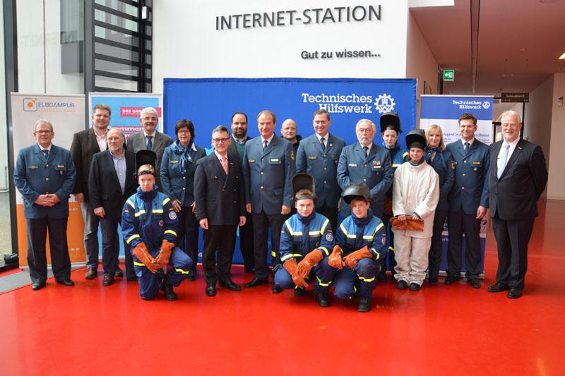 Gruppenfoto mit Vertretern der Handwerkskammer und des THW.