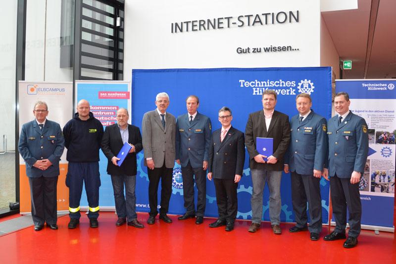 Zwei Handwerksbetriebe, Arbeitgeber von Helfern des Ortsverbandes Hamburg-Nord, wurden im Rahmend der Veranstaltung ausgezeichnet.