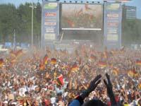 Die Übertragung des Spieles beim Fan Fest auf dem Heiligengeistfeld verfolgten 75.000 Zuschauer.