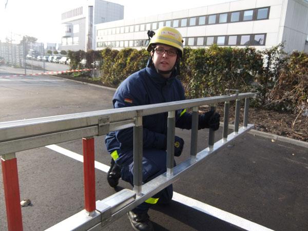 Eine der Prüfungsstationen; Umgang mit Leitern.