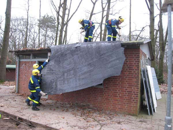 Entfernen der Dachpappe. Auch beim Abriss gilt: Mülltrennung.