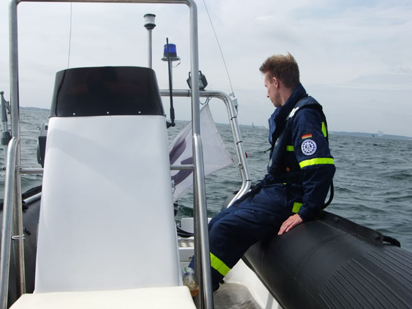 ... stets unter den wachsamen Augen der Besatzung der Sicherungsboote.
