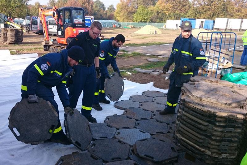 Helfer der Ortsverbände Hamburg-Nord und -Wandsbek verlegen die Wegeplatten.