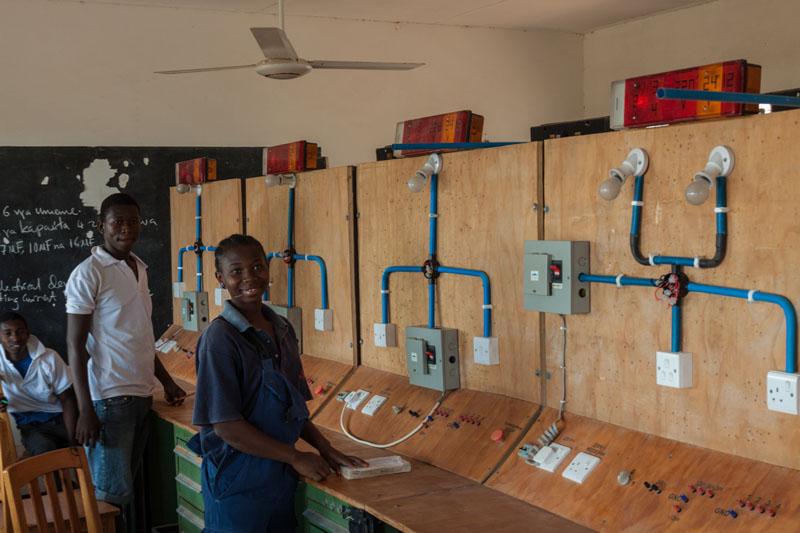 Ausbildung in Elektrotechnik am Dogodogo Centre.