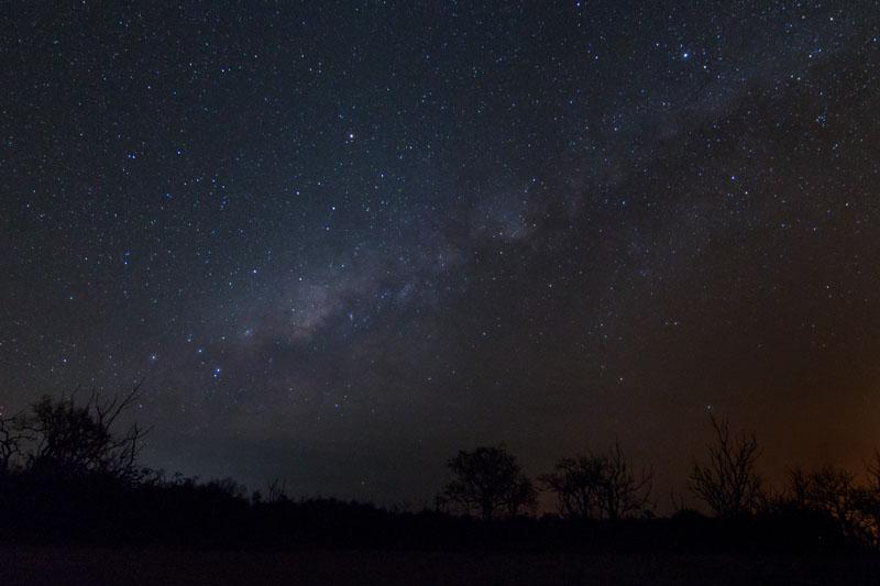 Die Sterne der Milchstraße sind am Nachthimmel sichtbar.